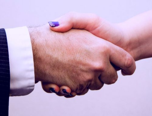 Dime cómo das la mano y te diré cómo comunicas.